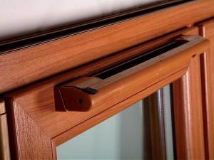 Проще и дешевле устанавливать клапан на окно, а не на стену возле окна