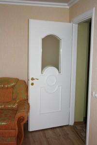 Пластиковые межкомнатные двери пожаробезопасны и устойчивы к влаге.