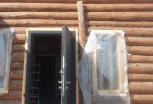 Установка металлических дверей в деревянные дома