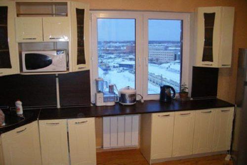 Интерьера кухни с окном