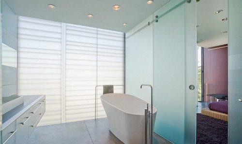 Стеклянная стена в ванной комнате