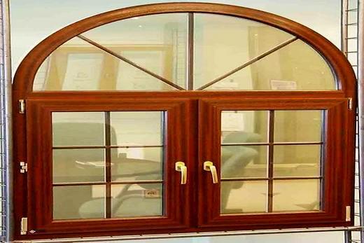 Декоративная раскладка из дерева на окне