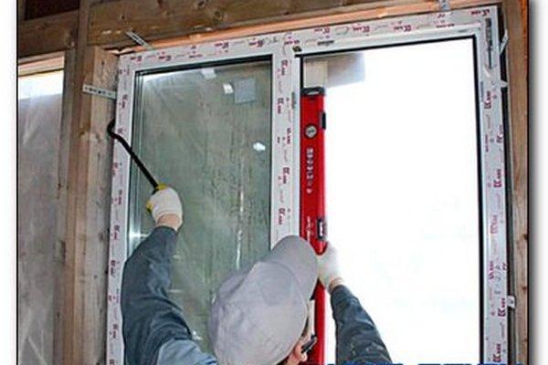 Монтаж пластикового окна в деревянном строении