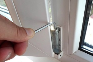 Регулировка петли окна из ПВХ