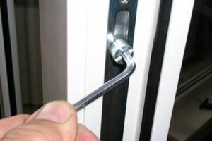 При помощи шестигранного ключа можно отрегулировать положение створки окна