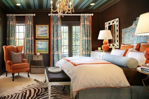 Интерьер спальни с двумя окнами на разных стенах
