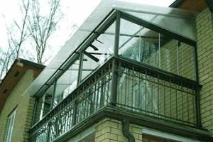 Зависимая стеклянная крыша балкона