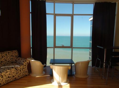 dizajn-balkona-s-panoramnym-ostekleniem3