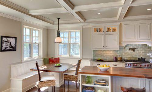 Дизайн кухни с двумя окнами на разных стенах в частном доме
