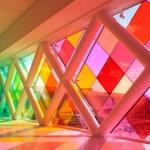 Окно панорамного типа с цветными стеклами