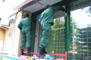 Фасадное остекление здания в процессе монтажа