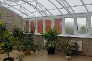 Зимний сад на мансарде с остекленной крышей
