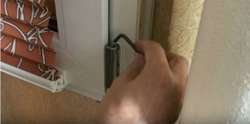 Как починить пластиковое окно, если оно открылось в двух положениях