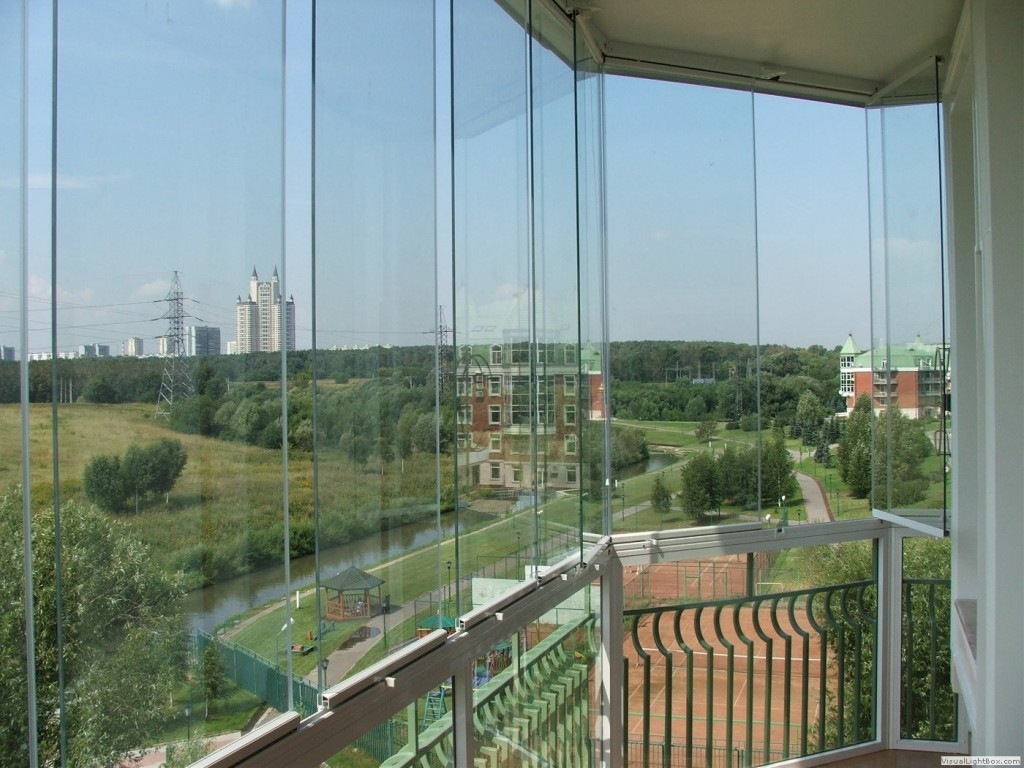Остекление по типу панорамного обзора смотрится неимоверно красиво - весь город будет словно на ваших ладонях