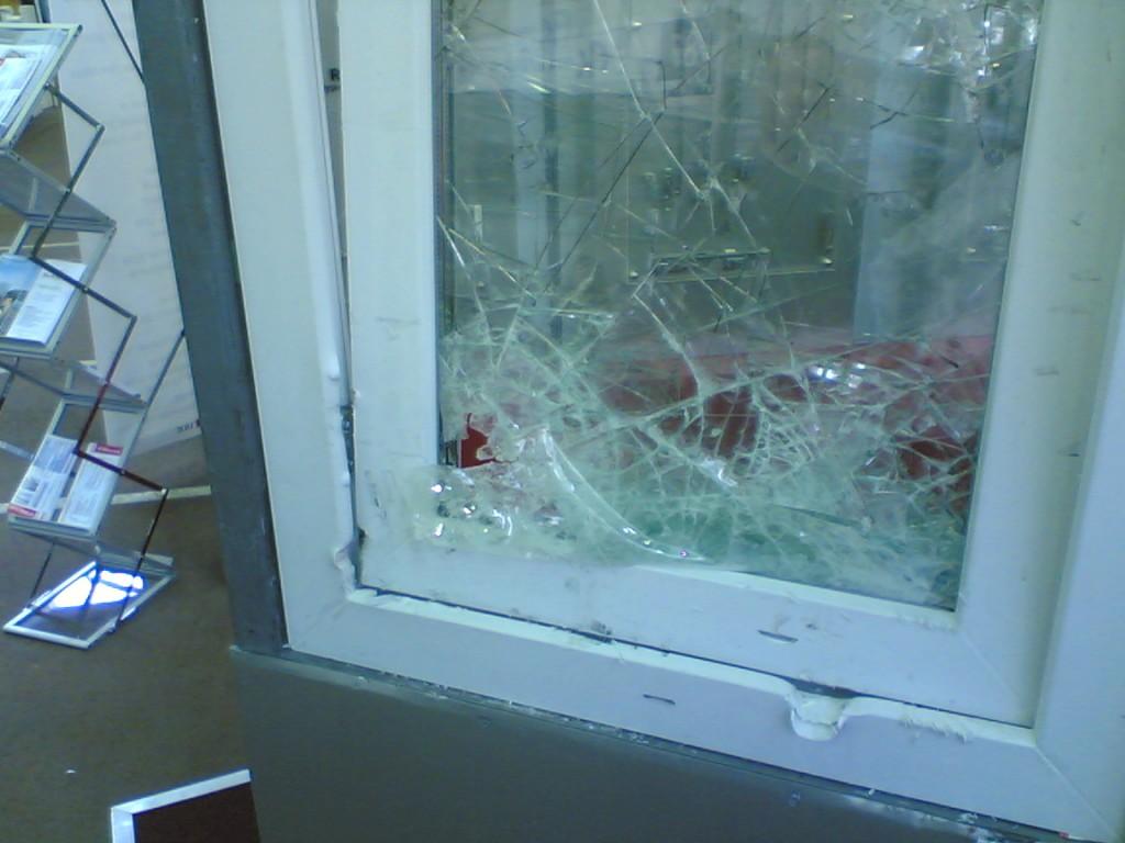 разбитое стекло