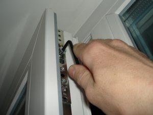 Как открыть заклинившее платиковое окно